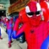泰國瓦斯行員工扮裝成蜘蛛人